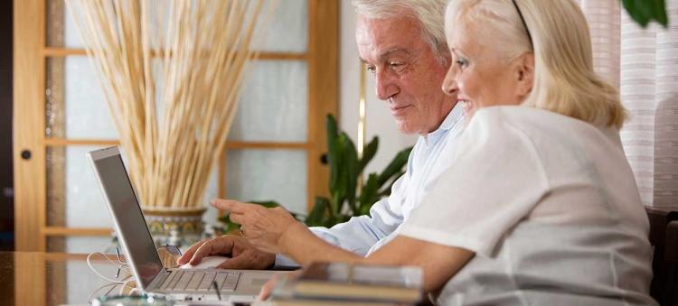 Couple de personnes âgées avec ordinateur
